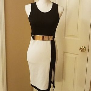 Sexy sleeveless dress with gold plated metal belt!